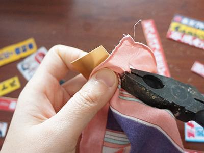ハサミで切るとゆがむので、ペンチで出来るだけ直す。