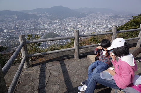 1つめの金毘羅山頂上。ここで持ってきたカップラーメンとおにぎりを食べた。一日で全部登る人たちはここではなく烽火山山頂でお昼を食べるという。