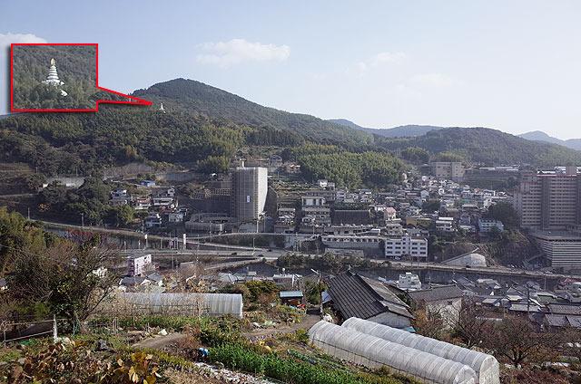 続けて烽火山を登る。とりあえず左にある仏舎利塔を目指す。