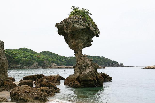 今にも折れそうな岩。