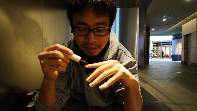 自分の爪にマニキュアを塗る