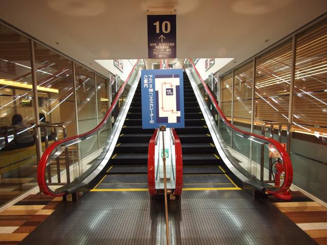 ちなみに9階から10階へのエスカレーターも同じ構図だったが、こちらはけっこう最近のモデルになっていた。