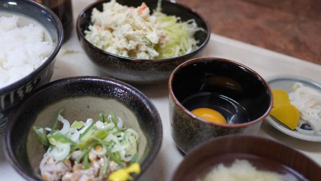 白いうえに納豆と卵、お新香もつく