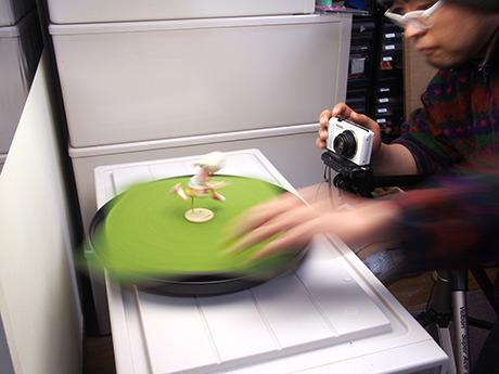 手で回転させながら撮影タイミングをはかるのが、意外と忙しい。