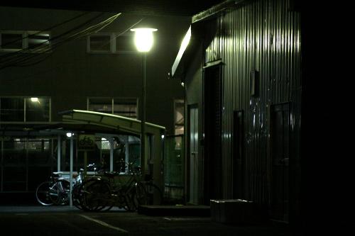 街灯に照らされるトタンの反射が美しい