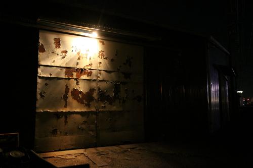 こちらは鉄扉の塗装の剥げ具合が素晴らしい