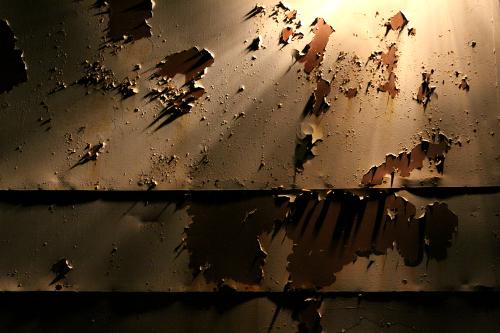 毛羽立った塗膜が放射状の影を作り、もはや芸術作品である