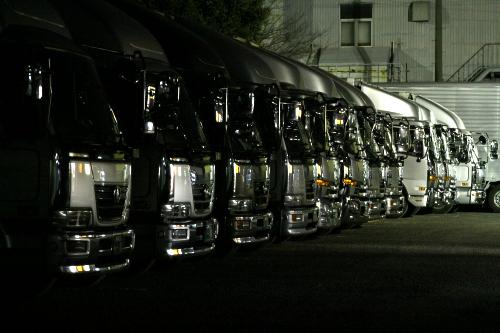 重機ではないが、一列に並ぶトラックもまたカッコ良い