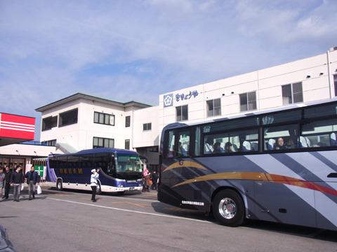 観光バスが続々と