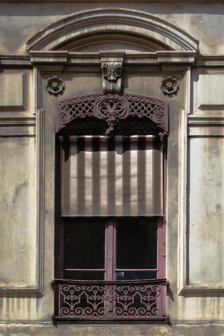 窓っぽい造形のうち、実際の開口部が占める割合は3まわりぐらい小さい。