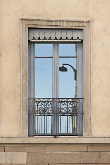 日本だったらかなりしゃれた窓だが、ここで見るとかなり慎ましい。そしてなんか壁面が湾曲している。