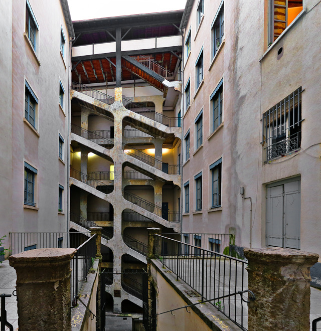 トラブールという立て込んだ建築内の楽しい抜け道のひとつ。なんなの正面の階段!