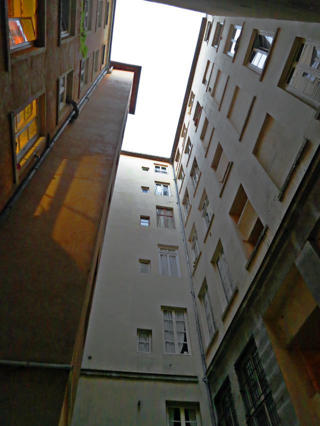 くねくね迷路のような抜け道を行った先で、急に小さい広場みたいなところに出た。上を見上げると、こんな。