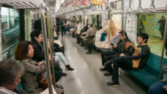 電車の中で何してますか?