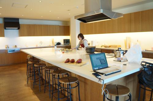 オフィスにある快適すぎるキッチンで焼き芋もはかどりにはかどった