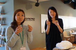 試食はクックパッド内にオフィスを構えるZaimから閑歳さん(右)、山崎さん(左)