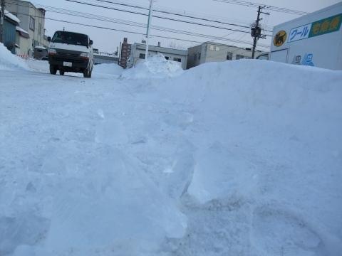 工場前に透明氷トラップがあって、危うく捻挫するところだった