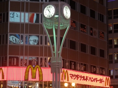すすきの交差点の時計が、長い夜の開始を告げようとしている
