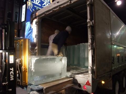 社員総出で氷を搬出する橋さんズ