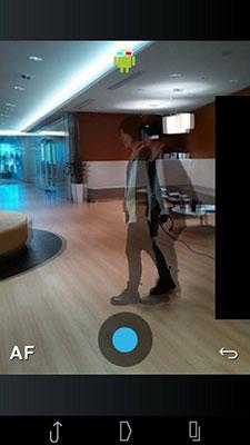 そして次のコマを撮るのですが、今回紹介するアプリは、すべて前のコマが透けて見える「オニオンスキン」という機能がついています。これで、背景がずれないように、動かしたいものだけが動くように撮りましょう。