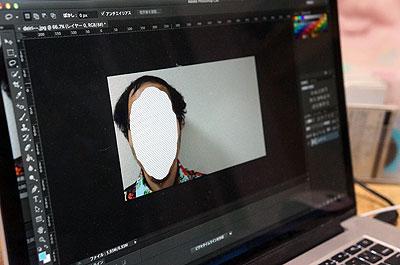 そこから一コマだけ静止画で切り出して、画像編集ソフトに移します。そして顔面の部分だけ消す
