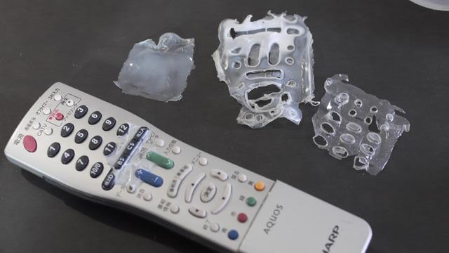 1日置いたがボンドは丸2日乾燥させないといけないらしく、隅まできれいにはがせなかった。このはがせなかった分でうちのテレビは番組表ボタンが死んだ。
