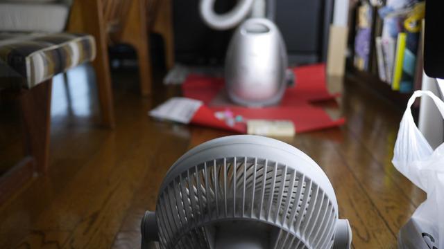エアコンで部屋の温度を高めにし、扇風機で乾かす。1時間くらいで乾く。繰り返す。