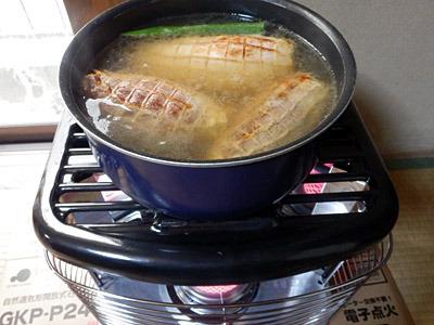 ラーメン作りの時短を目指しつつ、具となる煮豚は灯油ストーブがあるのでじっくりと煮込む。