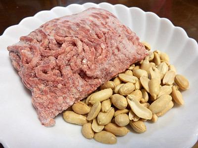 材料は冷凍の合挽きとピーナッツ。
