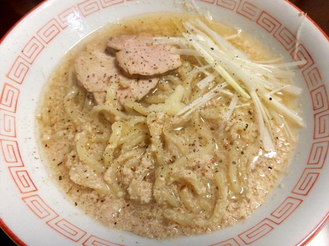 太麺に絡みつくフワフワしたやつがうまい。胡椒をガンガン掛けて食べよう。