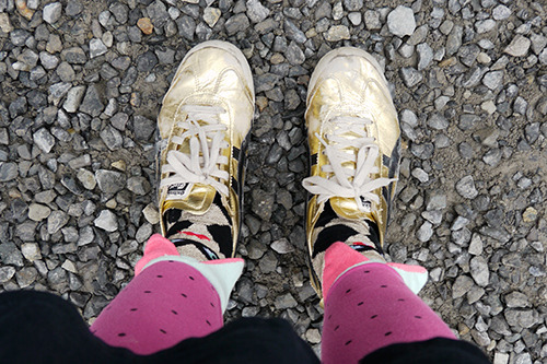 自分の靴もボロボロになってたが、そんなことより改めて見るとなんだこのピエロみたいな足元は……