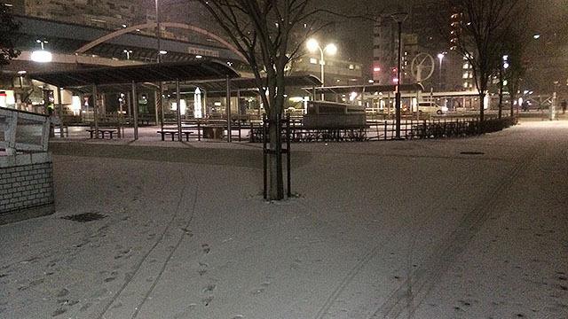 東京では45年ぶりに記録を更新した大雪の土曜日。家を出た時点で葛西駅前は雪が積もってた。