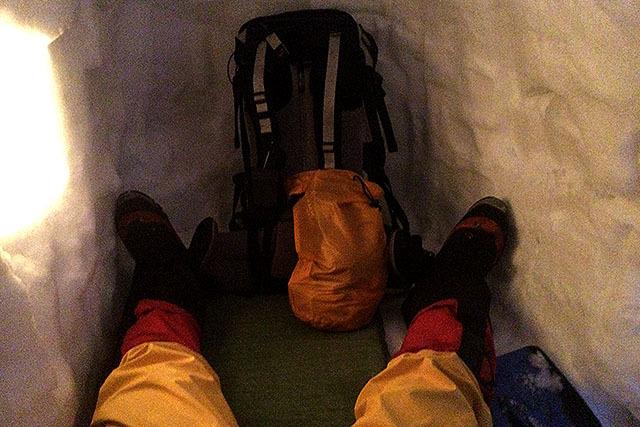 エアマットを敷いてみるとこんな空間。カプセルホテルみたいで、結構居心地が良い。寒いけど。