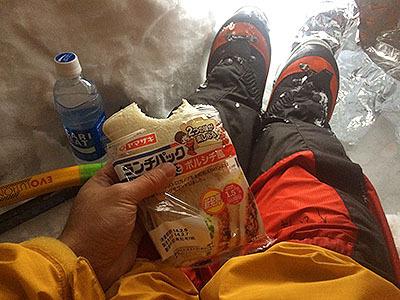 とりあえず出来たので休憩。ランチパックのボルシチです。前日スーパーに行ったら大雪の予報にビビッた都民が食料の買いだめに走ったせいで、こういうマニアックなやつしか残ってなかった。