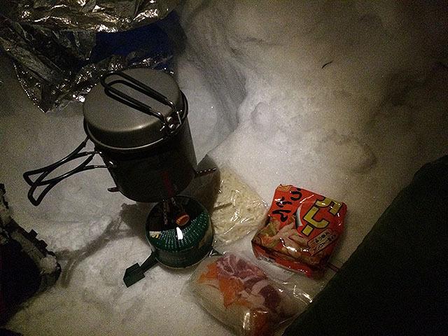 具材と調理器具。ガスは使いかけのを2本持って来た。これが後に悲劇を生む。