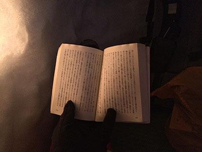 ロウソクの明かりでもなんとか読めるが、やっぱ暗い。