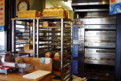 オーブンと焼きあがったパンを乾かす棚