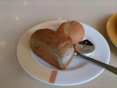 参考までに、ふつうのジョナサンの食事セットのパンはこんな感じ