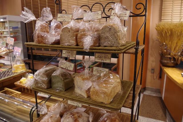 さっきの食事セットにでてきたパンたちがここでも売られている
