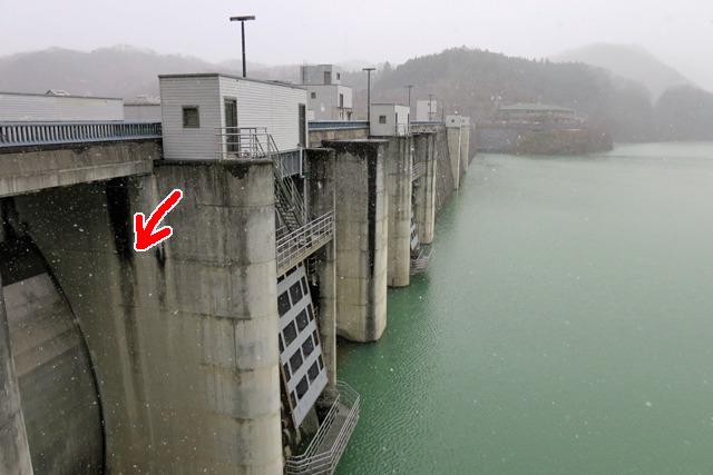 堤体にうっすらとついた茶色い跡(矢印のへん)くらいまで水を貯めたとのこと