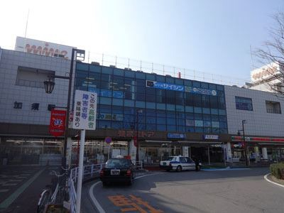 そんなわけで、友人3人と、車で加須市うどんドライブへ。ここは駅前。