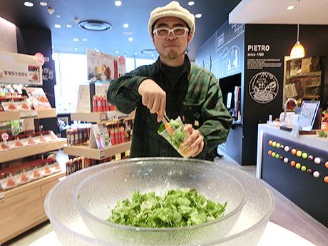 こちらはカップに好きなだけ葉野菜を詰め込むサラダ。