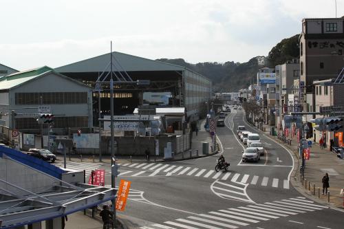 その駅前から見える、造船所の工場群