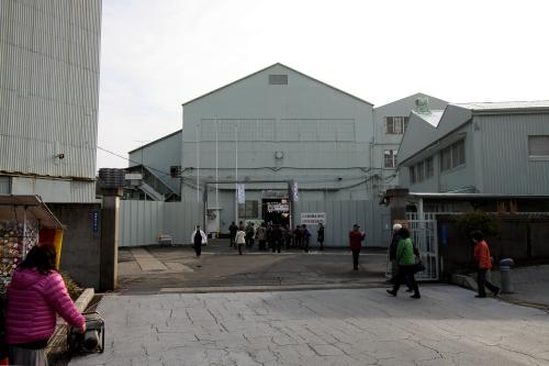 5分ほど歩いて正門に到着。正面の機関工場が会場だ