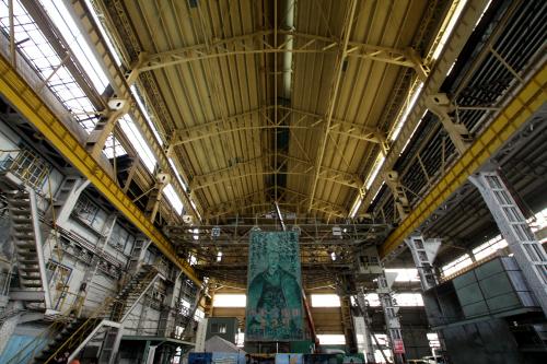 そして頭上に広がる天井の高い工場空間