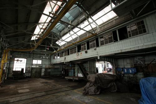 天井のトラスと中二階の張り出し部分が印象的だ