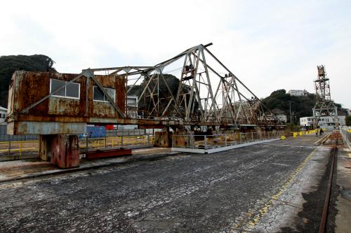 倒壊の危険防止の為、ヘッドを外した状態で残る昭和18年製造の巨大クレーン