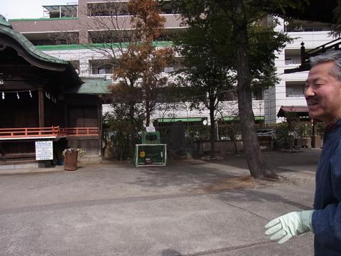 ここに着任して数年の宮司さん。神木の枝落としをした際に余った枝を使ってゴールを設置
