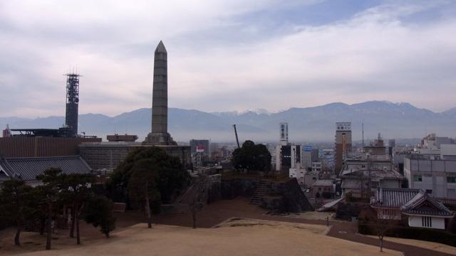 富士山とは別方向のシンボル、「謝恩碑」も撮るが