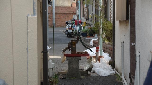 井戸のある路地